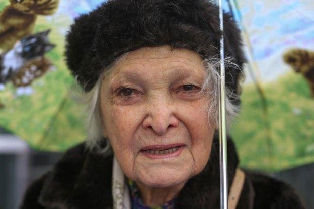 Portrait d'une vieille femme sous son parapluie