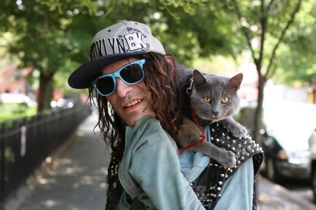 Portrait d'une homme avec son chat sur l'épaule