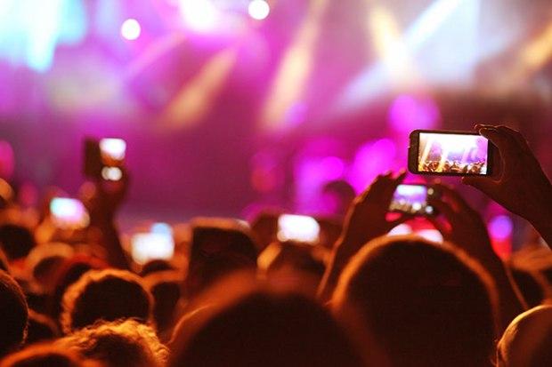 Public qui prends des photos lors d'un concert