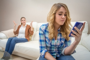 jeunes-franc%cc%a7ais-accros-smartphones