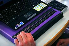Plage braille branchée à un ordinateur portable